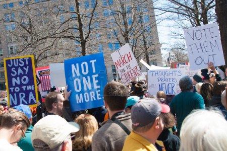 Photo pour Participants à la marche pour nos vies, une protestation par les étudiants pour le contrôle des armes, tenir des signes sur 24 mars 2018 à Washington Dc - image libre de droit