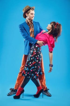 Photo pour Jeune couple en vêtements colorés de vieux-mode dans le style pin-up danser. Aussi ils peuvent représenter des membres d'une contre-culture de la jeunesse que stilyagi existe depuis la fin des années 1940 jusqu'au début des années 1960 dans l'Union soviétique - image libre de droit