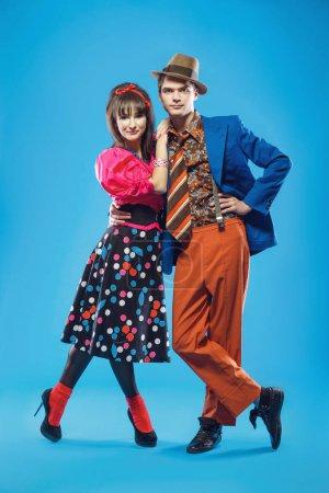 Photo pour Jeune couple portant des vêtements colorés de vieux-mode dans le style pin-up. Aussi ils peuvent représenter des membres d'une contre-culture de la jeunesse que stilyagi existe depuis la fin des années 1940 jusqu'au début des années 1960 dans l'Union soviétique - image libre de droit