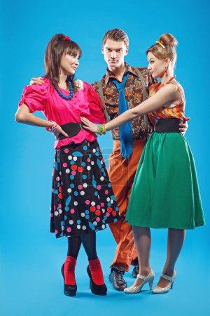 Photo pour Jeunes gens portant des vêtements colorés de vieux-mode dans le style pin-up. Aussi ils peuvent représenter des membres d'une contre-culture de la jeunesse que stilyagi existe depuis la fin des années 1940 jusqu'au début des années 1960 dans l'Union soviétique - image libre de droit