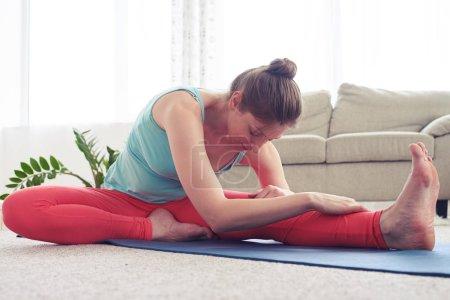 Photo pour Gros plan de femme décontractée, pratiquer l'yoga en tête-à-genou yoga pose - image libre de droit