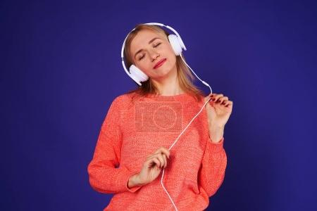 dreamy blond listening music