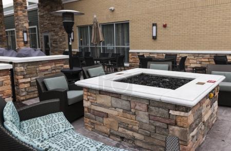Photo pour Un espace détente est mis en place à l'extérieur d'un hôtel de new york hors de la ville qui a un foyer, divans, chaises et une lampe chauffante. - image libre de droit
