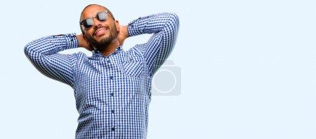 Photo pour Africain américain avec barbe confiant et heureux avec un grand sourire naturel riant isolé sur fond bleu - image libre de droit