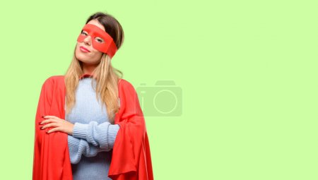 Photo pour Jeune super femme aux bras croisés confiant et heureux avec un grand sourire naturel riant - image libre de droit
