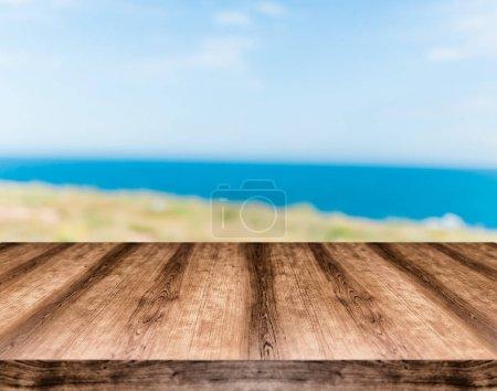 Photo pour Table en bois vide devant un fond flou. Peut être utilisé pour l'affichage ou le montage de tout produit. Maquette pour afficher votre produit . - image libre de droit