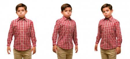 Photo pour Beau tout-petit enfant aux yeux verts gonflant les joues, s'amusant à faire un drôle de visage - image libre de droit