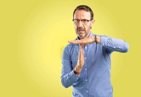 Beau moyen age homme sérieux faisant une fois sur la geste des mains