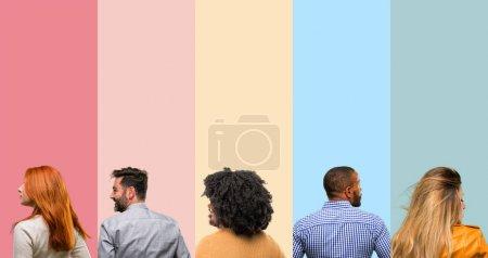Photo pour Cool groupe de personnes, femme et homme derrière, vue arrière - image libre de droit