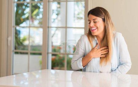 Photo pour Jeune belle femme à la maison confiante et heureuse avec un grand sourire naturel riant - image libre de droit