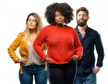 Photo pour Groupe de trois jeunes hommes et femmes confiants et heureux avec un grand sourire naturel en regardant la caméra - image libre de droit