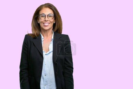 Moyen age femme d'affaires qui sort la langue à la caméra au signe de désobéissance, de protestation et de manque de respect