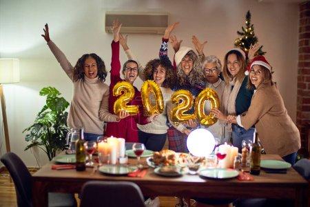 Photo pour Beau groupe de femmes souriantes heureuses et confiantes. Poser autour de l'arbre de Noël tenant 2020 ballons à la maison - image libre de droit