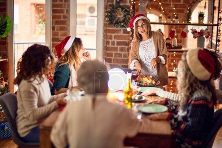 Photo pour Beau groupe de femmes souriantes heureuses et confiantes. Sculpture de dinde rôtie célébrant Noël à la maison - image libre de droit