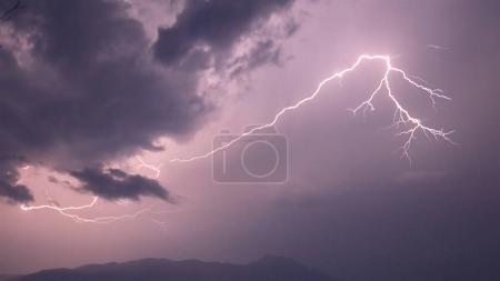 Foto de Pesadas nublan con truenos, relámpagos y tormenta - Imagen libre de derechos