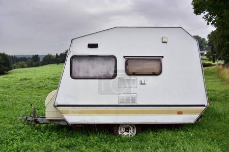 Photo pour Mini caravane de marque belge des années 1980 sur un camping en Belgique . - image libre de droit