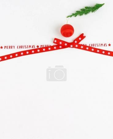un ruban de satin rouge pour l'emballage des cadeaux et décoration sur fond blanc. Concept de vacances. Copiez l'espace. vue de dessus
