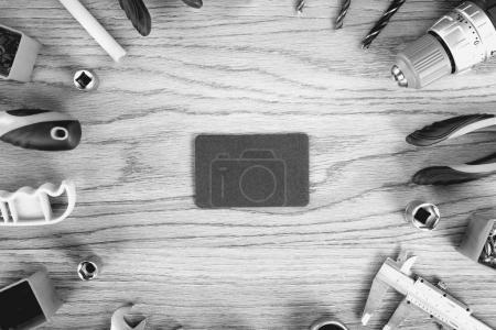 Photo pour Carte de visite et outils de construction sur un bureau en bois, vue sur le dessus, plan plat. Outils voile et concept de travailleurs . - image libre de droit