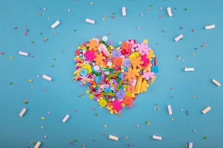 Confeti colores caramelo y dulce la melcocha la forma de corazón