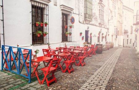 Photo pour Bar avec terrasse extérieure traditionnelle et restauran à arcos de la frontera Cadix - image libre de droit