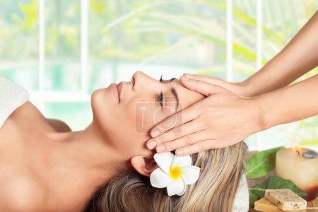 Femme sur le massage du visage