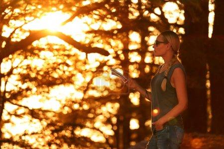 Femme de voyageur dans la forêt
