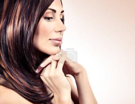 Photo pour Closeup portrait d'une belle femme avec maquillage doux et parfaite santé des cheveux brillant isolé sur fond beige clair, photo avec i.e. espace, mode et beauté spa - image libre de droit