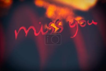Photo pour Expression manuscrite vous manquez, fond sombre abstrait, concept de solitude et de tristesse, Saint Valentin vacances - image libre de droit