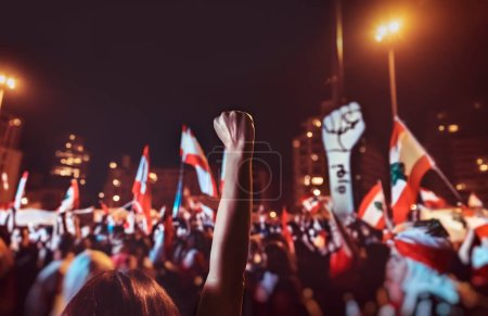 Photo pour Révolution au Liban, photo d'un groupe important de personnes aux mains drapeaux protestant contre les nouvelles lois injustes du pouvoir, concept de défense des droits de l'homme - image libre de droit