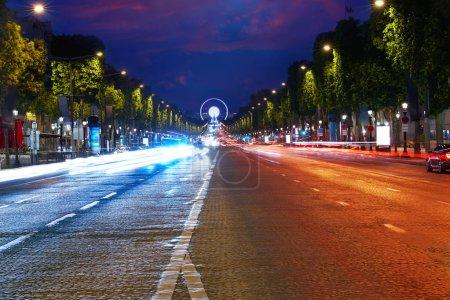Photo pour Avenue des Champs Elysées à Paris en France - image libre de droit