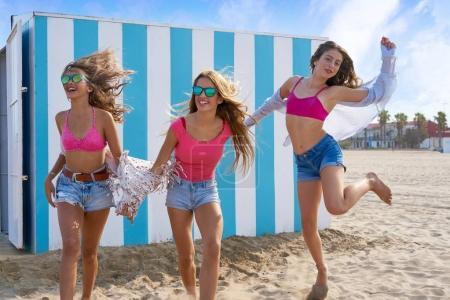 Photo pour Meilleurs amis adolescent filles groupe courir heureux dans une plage avoir du plaisir - image libre de droit
