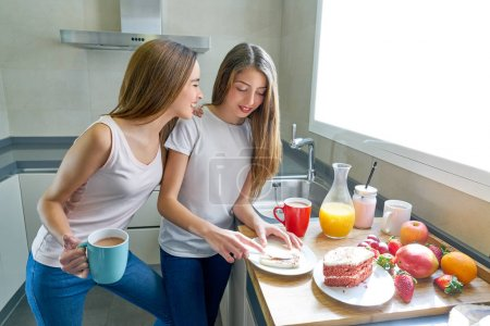 Photo pour Meilleurs amis filles adolescentes petit déjeuner dans la cuisine avoir du plaisir - image libre de droit