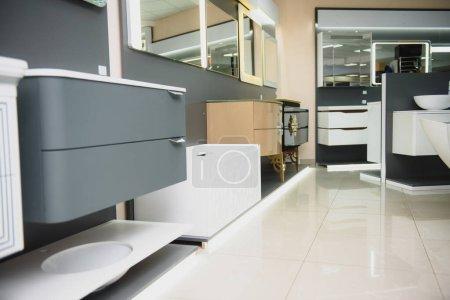 Photo pour Un nouveau mobilier de salle de bain dans un magasin de construction . - image libre de droit