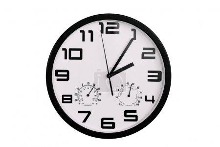 Photo pour Simple horloge murale ronde classique noir et blanc isolé sur blanc. Horloge avec chiffres arabes sur le mur montre 2 : 05, 14 : 05 - image libre de droit