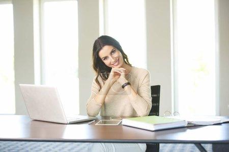 Photo pour Prise de vue d'une belle jeune femme assise au bureau et travaillant sur un ordinateur portable de la maison . - image libre de droit