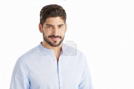 Photo pour Portrait d'un beau jeune homme debout à fond blanc isolé avec espace de copie . - image libre de droit