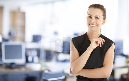 Photo pour Portrait d'une jeune femme d'affaires assistante financière confiante debout au bureau . - image libre de droit