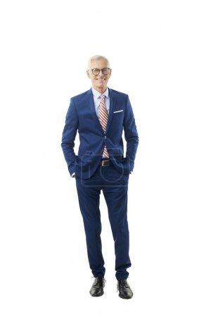 Photo pour Pleine longueur d'homme d'affaires senior en costume regardant la caméra, isolé sur blanc . - image libre de droit