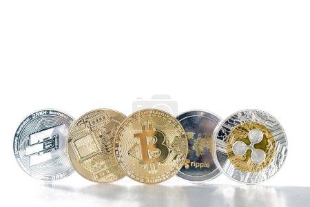 Pièces de monnaie crypto brillant sur fond blanc