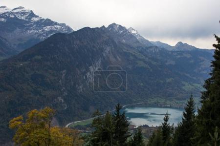 Photo pour Vue aérienne sur le magnifique lac bleu et la ville alpine - image libre de droit