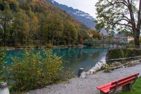 Photo pour Lac aquatique dans la ville alpine Interlaken - image libre de droit