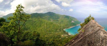 Photo pour Vue pittoresque sur l'île au sommet. point de vue de scène panoramique - image libre de droit