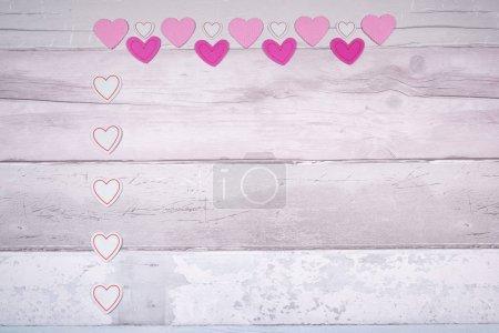 Foto de Los corazones de rosa se sentían en un fondo de viejos tablones de madera que se asemejan a un antiguo suelo de parquet. Concepto del Día de los Trabajadores y el amor en general. - Imagen libre de derechos
