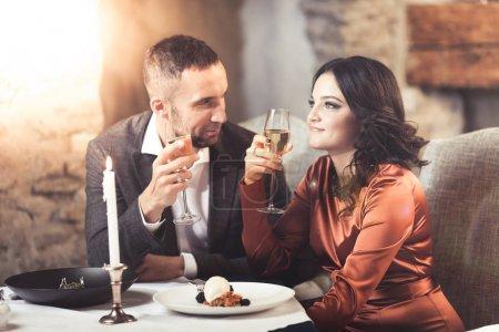 Couple célébrant au restaurant