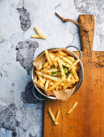 Photo pour Fries français sur planche de bois sur table rustique - image libre de droit