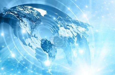 Photo pour Carte du monde sur fond technologique, lignes et rayons lumineux, symboles d'Internet, radio, télévision, communications mobiles et par satellite. Meilleur concept Internet des affaires mondiales. Primaire - image libre de droit