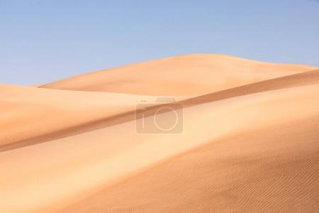 Photo pour Vue abstraite des dunes de sable du désert. Abu Dhabi, Émirats arabes unis . - image libre de droit