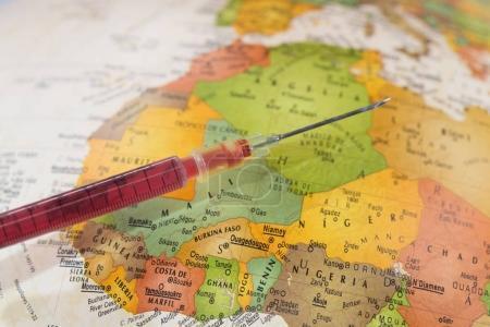 Impfstoff mit der Landkarte Afrikas