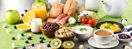 Photo pour Petit déjeuner servi avec café, jus d'orange, fromage, céréales et œufs brouillés. Régime alimentaire équilibré . - image libre de droit