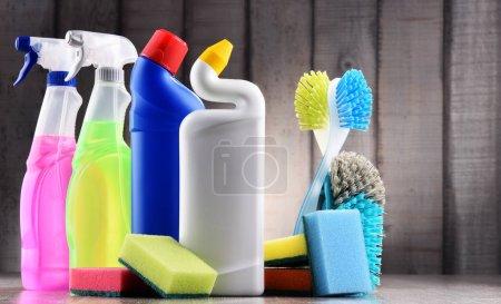 Photo pour Variété de bouteilles détersives et fournitures de nettoyage chimique - image libre de droit